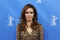 Celebrities Wonder 19613647_angelina jolie blood and honey berlinale_8.jpg