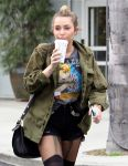 Celebrities Wonder 50741577_miley cyrus starbucks_7.jpg