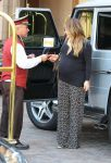 Celebrities Wonder 57009887_pregnant hilary duff at the montage beverly hills hotel_2.jpg
