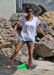 Celebrities Wonder 40217209_halle-berry-beach_5.jpg