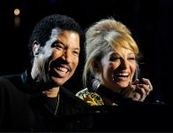 Celebrities Wonder 52090565_lionel-richie-and-friends_8.jpg