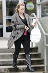 Celebrities Wonder 53714907_hilary-duff-pilates_4.jpg