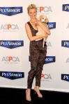 Celebrities Wonder 62914739_amy-smart-pet-armor_2.jpg