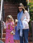 Celebrities Wonder 44132743_jennifer-garner-daughters_7.jpg