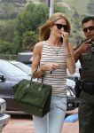Celebrities Wonder 47181488_rosie-huntington-shopping_7.jpg