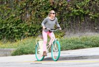 Celebrities Wonder 48122939_kristen-bell-bicycle_7.jpg
