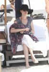Celebrities Wonder 65991691_anne-hathaway-bikini-miami_3.jpg