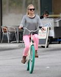 Celebrities Wonder 69835135_kristen-bell-bicycle_1.jpg