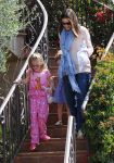 Celebrities Wonder 74750980_jennifer-garner-daughters_4.jpg