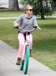 Celebrities Wonder 75323614_kristen-bell-bicycle_2.jpg