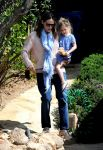 Celebrities Wonder 92266488_jennifer-garner-daughters_2.jpg