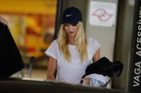 Celebrities Wonder 70705690_Candice-Swanepoel-airport_8.jpg