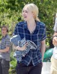 Celebrities Wonder 2440619_dakota-fanning-Very-Good-Girls-set_8.jpg