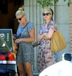 Celebrities Wonder 27176538_Michelle-Williams-and-Busy-Philipps_4.jpg