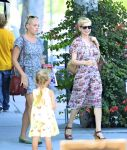Celebrities Wonder 29230922_Michelle-Williams-and-Busy-Philipps_2.jpg
