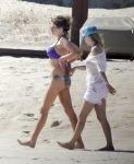 Celebrities Wonder 35988899_avril-lavigne-beach_3.jpg