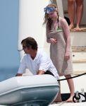 Celebrities Wonder 41996643_avril-lavigne-bikini_4.jpg