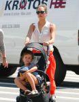 Celebrities Wonder 49357004_jessica-alba-daughters_2.jpg