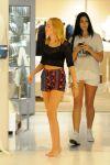 Celebrities Wonder 54661593_miley-cyrus-shopping_4.jpg