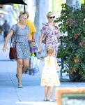 Celebrities Wonder 57580421_Michelle-Williams-and-Busy-Philipps_3.jpg