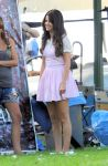 Celebrities Wonder 13815611_selena-gomez-set-feed-the-dog_4.jpg