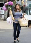 Celebrities Wonder 15271459_jennifer-garner-farmers-market_2.jpg