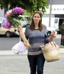 Celebrities Wonder 27554917_jennifer-garner-farmers-market_6.jpg