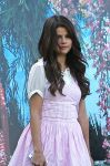 Celebrities Wonder 36675097_selena-gomez-set-feed-the-dog_7.jpg