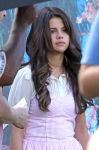 Celebrities Wonder 390931_selena-gomez-set-feed-the-dog_6.jpg