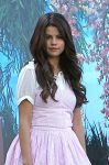 Celebrities Wonder 44963725_selena-gomez-set-feed-the-dog_8.jpg