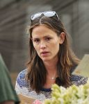 Celebrities Wonder 56401671_jennifer-garner-farmers-market_8.jpg