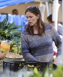 Celebrities Wonder 61796633_jennifer-garner-farmers-market_7.jpg