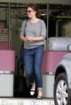 Celebrities Wonder 64809454_mandy-moore-Dry-Cleaners_2.jpg