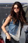 Celebrities Wonder 74208393_selena-gomez-set-feed-the-dog_8.jpg