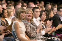 Celebrities Wonder 1427863_taylor-swift-Canadian-Country-Music-Awards_8.jpg