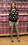 Celebrities Wonder 40327322_victoria-justice-signing_4.jpg