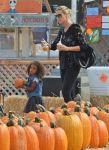 Celebrities Wonder 111000_heidi-klum-Pumpkin-Patch_2.jpg