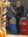 Celebrities Wonder 45174933_heidi-klum-Pumpkin-Patch_5.jpg