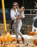 Celebrities Wonder 47006257_jessica-alba-pumpkin-patch_1.jpg