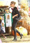 Celebrities Wonder 58350302_heidi-klum-Pumpkin-Patch_3.jpg