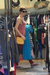 Celebrities Wonder 59306583_anne-hathaway-shopping_4.jpg
