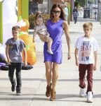 Celebrities Wonder 60235583_victoria-beckham-shopping-halloween_8.jpg