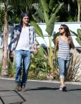 Celebrities Wonder 60460498_Mila-Kunis-Ashton-Kutcher_3.jpg