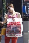 Celebrities Wonder 6179426_anne-hathaway-shopping_8.jpg