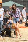 Celebrities Wonder 62916217_alessandra-ambrosio-pumpkin-patch_1.jpg