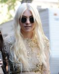 Celebrities Wonder 69645097_taylor-momsen-gossip-girl-set_7.jpg