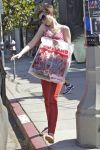 Celebrities Wonder 70481989_anne-hathaway-shopping_3.jpg