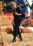 Celebrities Wonder 81625182_heidi-klum-Pumpkin-Patch_1.jpg