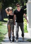Celebrities Wonder 88331285_miley-cyrus-liam-hemsworth_5.jpg