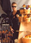 Celebrities Wonder 89641949_heidi-klum-Pumpkin-Patch_8.jpg